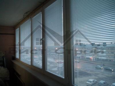 Вид на улицу Индустриальная через жалюзи