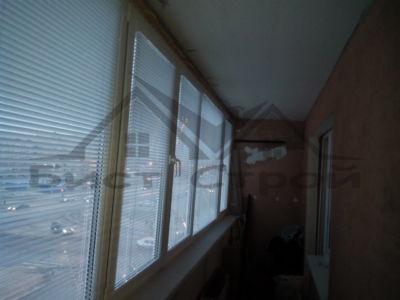 Длинный балкон с жалюзи