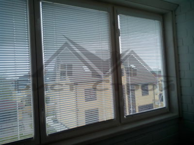 Жалюзи на деревянных окнах
